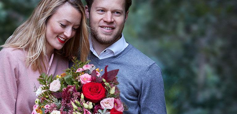 Romantiske blomster, chokolade og gaver